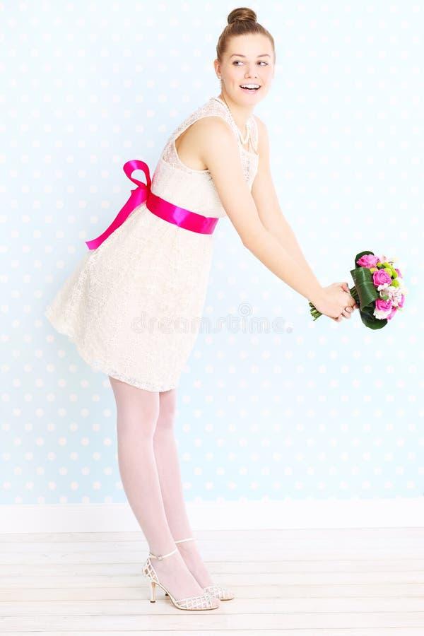 Bruid die bloemen werpen royalty-vrije stock fotografie