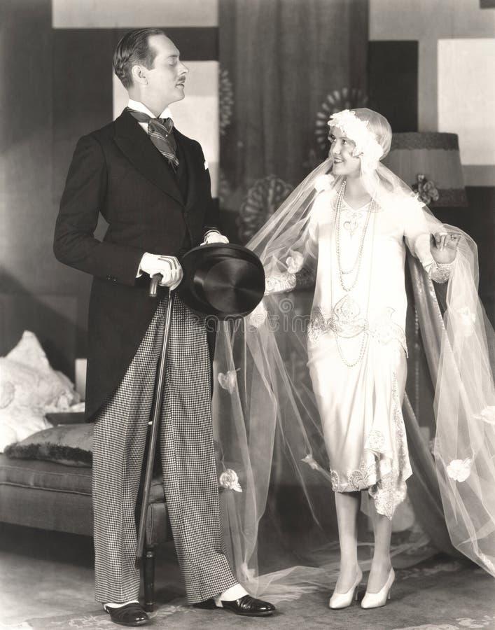 Bruid die de goedkeuring van de bruidegom ontvangen royalty-vrije stock afbeelding