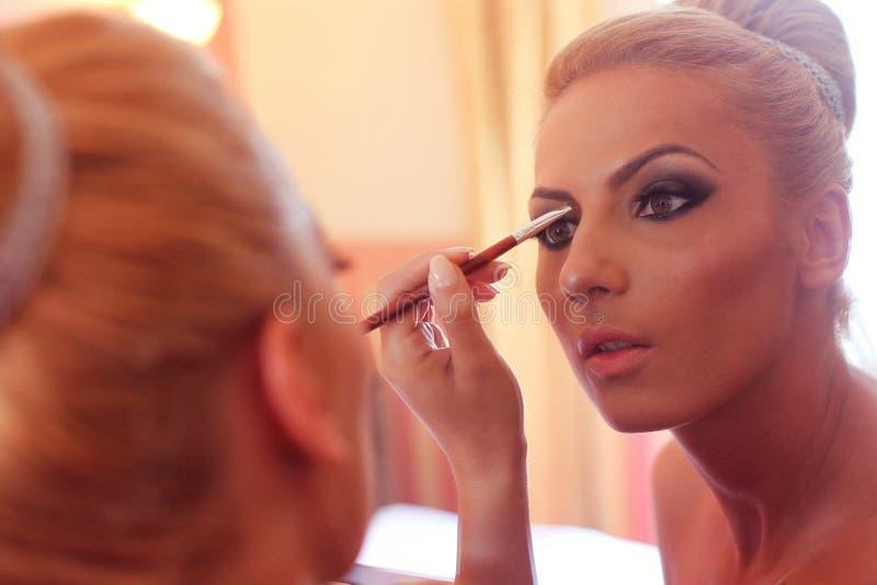 Bruid die in de spiegel kijken royalty-vrije stock fotografie