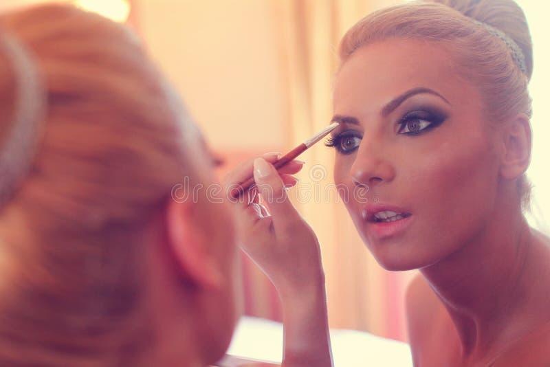 Bruid die in de spiegel kijken stock foto