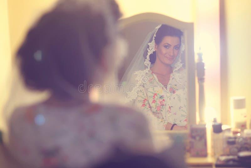 Bruid die in de spiegel kijken royalty-vrije stock foto's