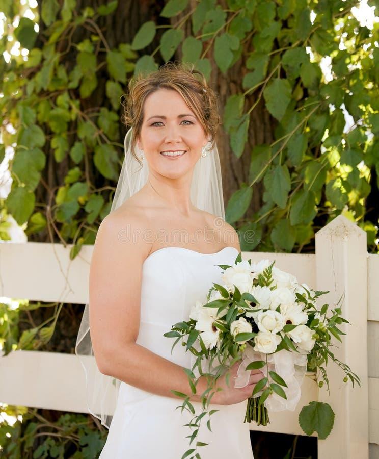 Bruid die een Boeket houdt stock afbeeldingen