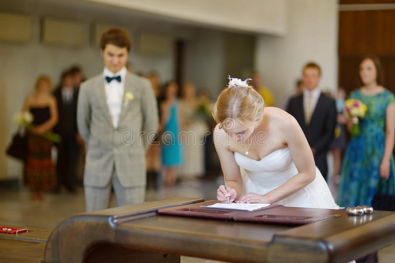 Bruid die een huwelijkscontract ondertekenen royalty-vrije stock fotografie