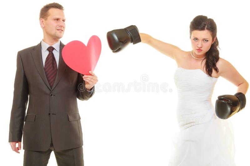Bruid die haar bruidegom op huwelijk in dozen doen stock foto