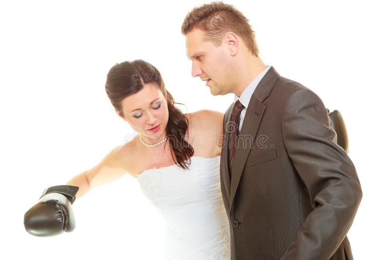 Bruid die haar bruidegom op huwelijk in dozen doen royalty-vrije stock foto