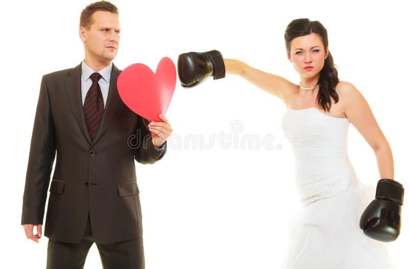 Bruid die haar bruidegom op huwelijk in dozen doen royalty-vrije stock foto's