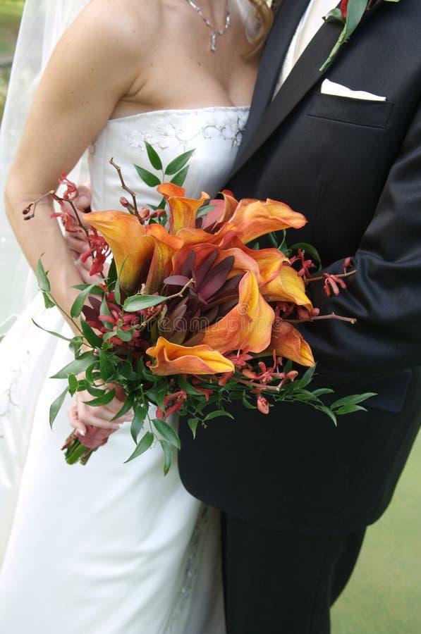 Bruid die haar bruids boeket houdt stock afbeeldingen
