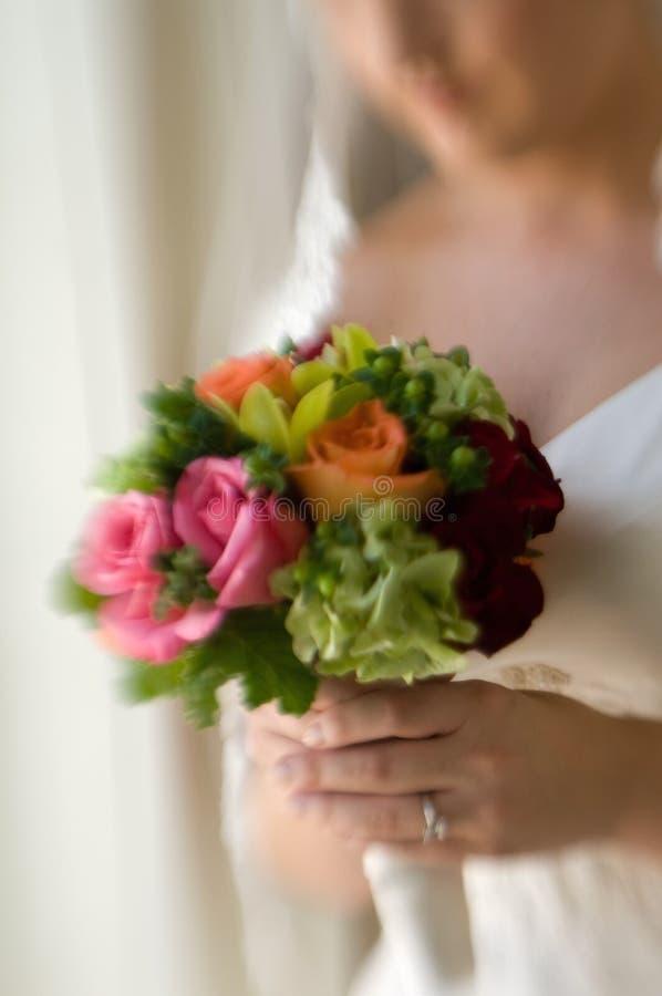 Bruid die haar bruids boeket houdt royalty-vrije stock fotografie