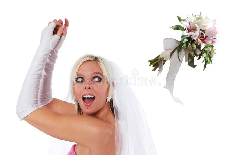 Bruid die het boeket werpt stock foto