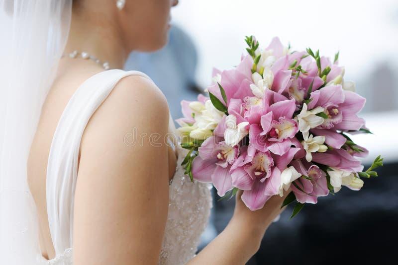 Bruid die het mooie boeket van huwelijksbloemen houden stock afbeeldingen