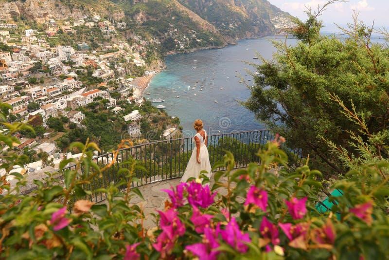 Bruid die Italiaans kustlandschap bekijken royalty-vrije stock afbeelding