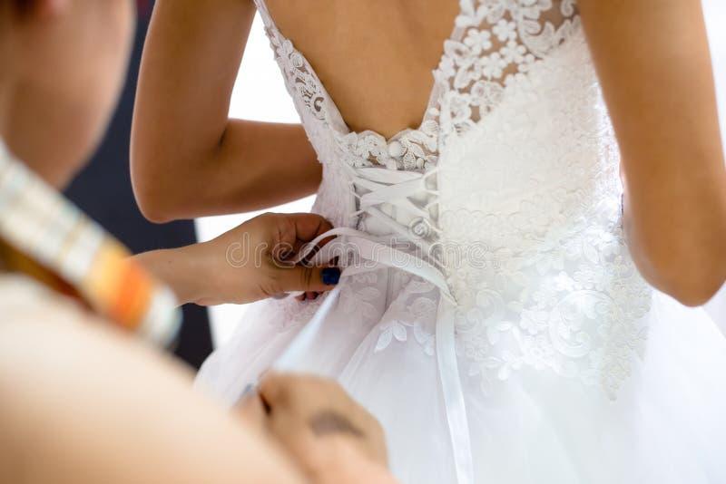 Bruid die klaar wordt royalty-vrije stock afbeelding