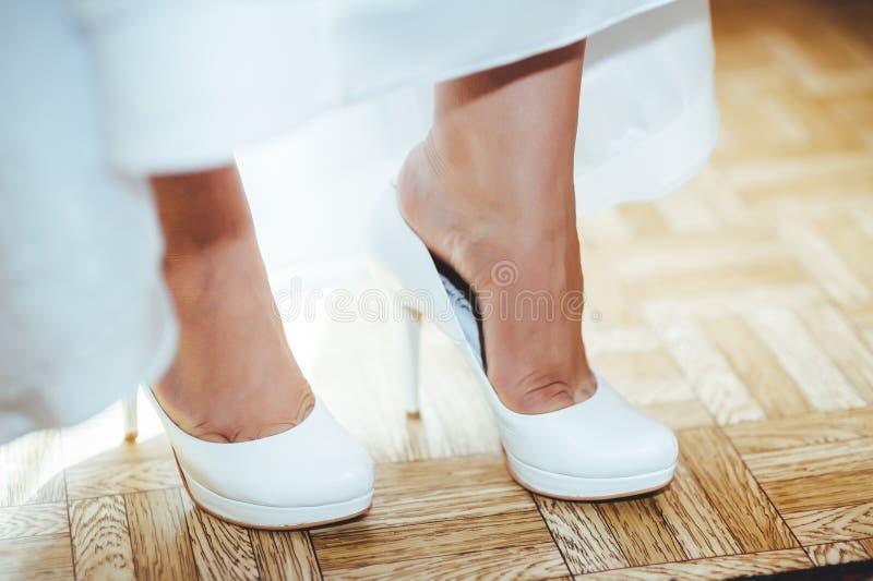 Download Bruid Die Klaar Wordt Mooie Bruid In Wit Stock Afbeelding - Afbeelding bestaande uit bruid, schoonheid: 54088315