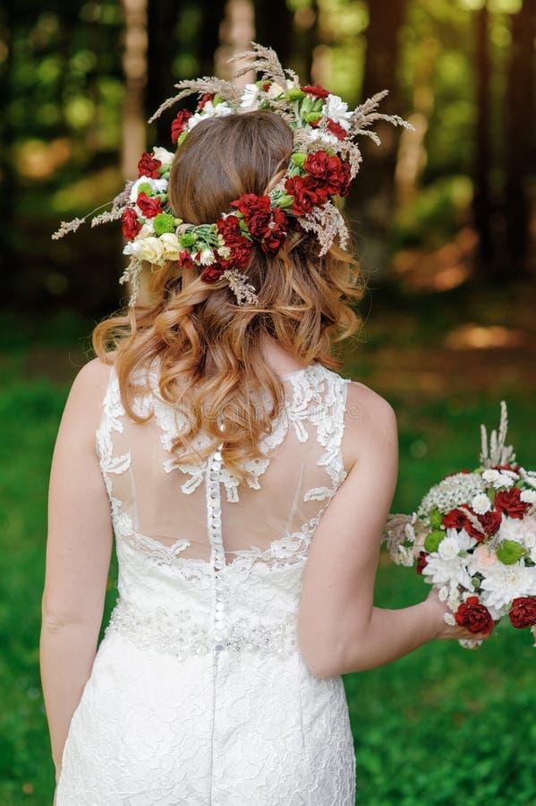 Bruid die mooi huwelijksboeket houdt stock afbeeldingen