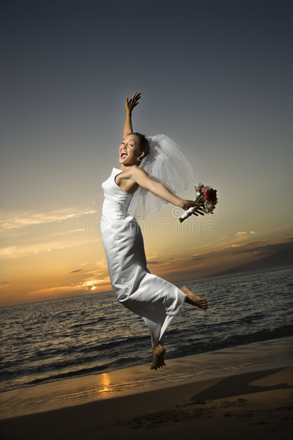 Bruid die op strand springt. royalty-vrije stock fotografie
