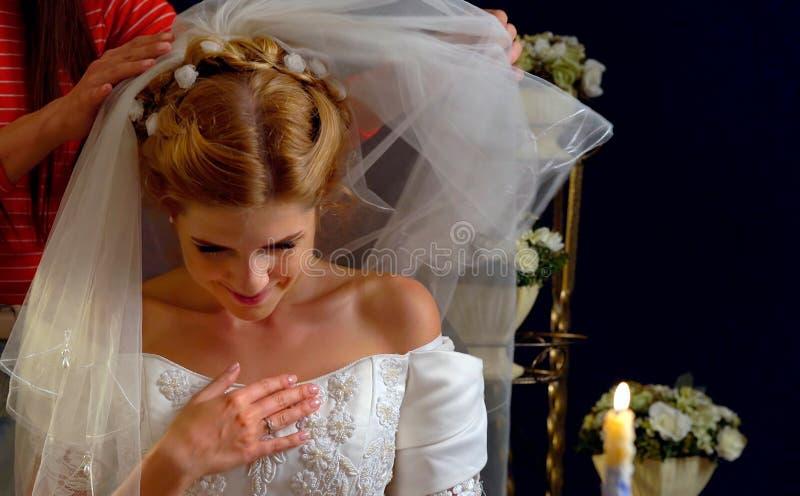 Bruid die over keus van bruidegom denken Vrouw in huwelijkskleding stock afbeeldingen