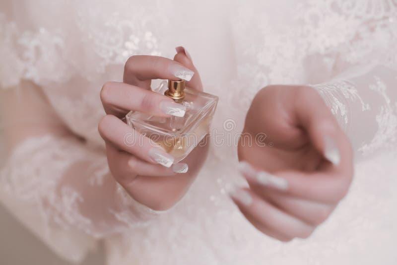 Bruid die parfum op haar pols toepassen stock afbeeldingen