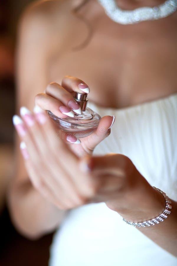 Bruid die parfum op haar pols toepast royalty-vrije stock afbeeldingen
