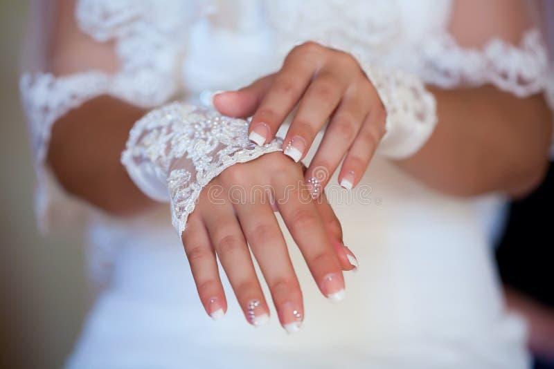 Bruid die parfum op haar pols toepast stock afbeelding