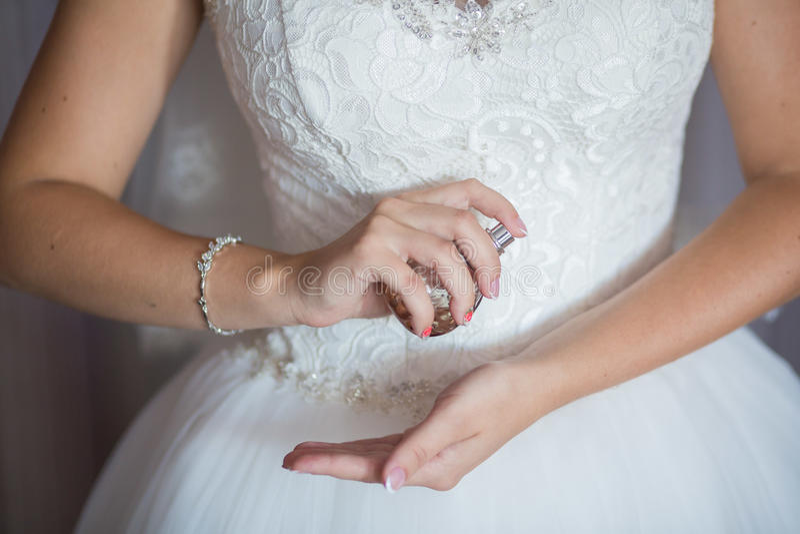 Bruid die parfum toepassen royalty-vrije stock fotografie