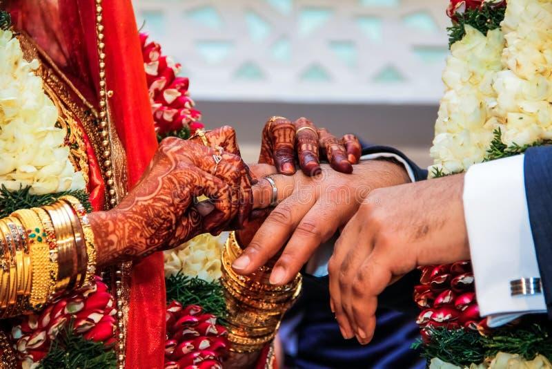 Bruid die ring voorleggen aan bruidegom stock afbeelding