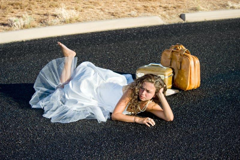 Bruid die in straat legt stock foto's