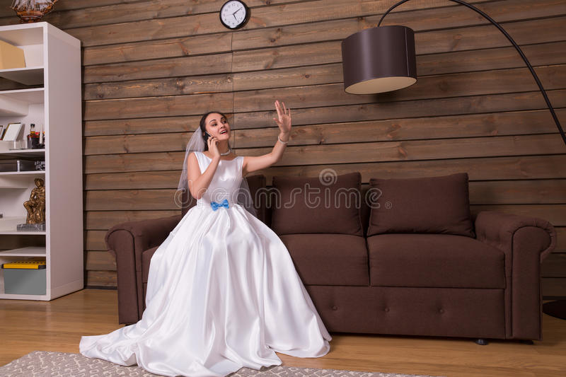 Bruid die telefonisch spreken, die trouwring bekijken stock afbeelding