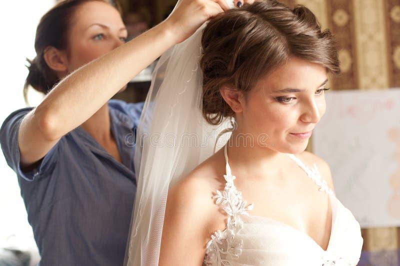Bruid die voor huwelijk voorbereidingen treft royalty-vrije stock fotografie