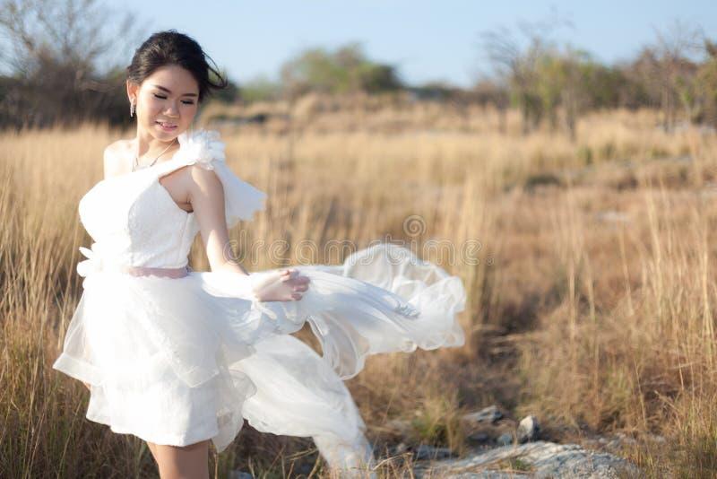 Bruid die zich in de weide bevinden royalty-vrije stock fotografie