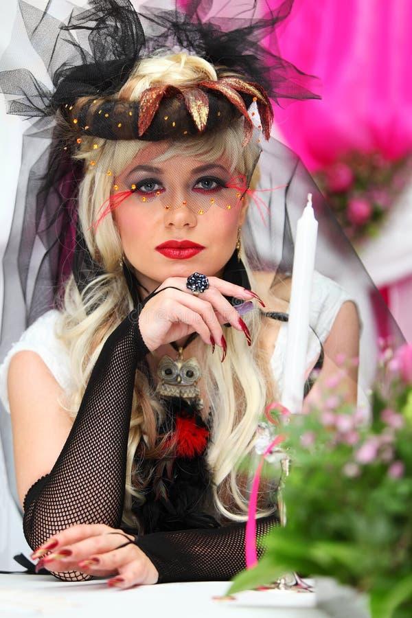 Bruid die zwarte netto handschoenen en ongebruikelijke hoed draagt royalty-vrije stock fotografie