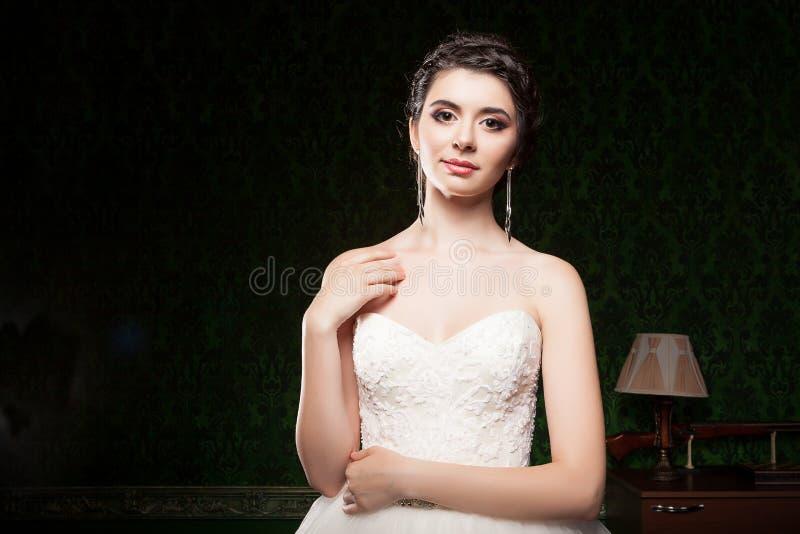 Bruid in donkere uitstekende ruimte royalty-vrije stock fotografie