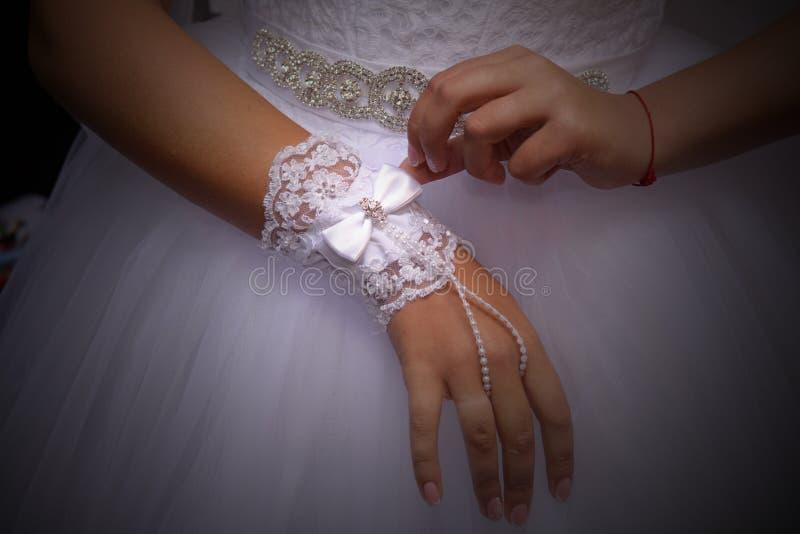 Bruid in een huwelijks witte mooie kleding, symbolisch van liefde en Romaans huwelijksthema, stock afbeelding