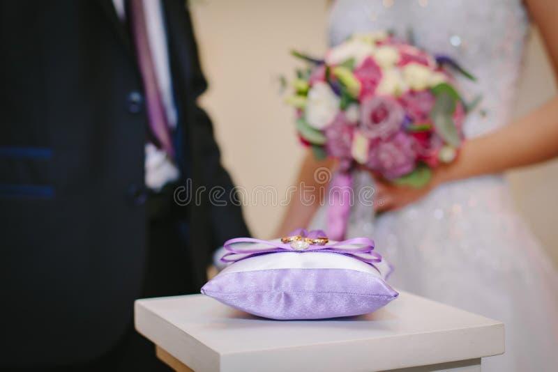 Bruid in een witte kleding die een boeket houdt stock foto