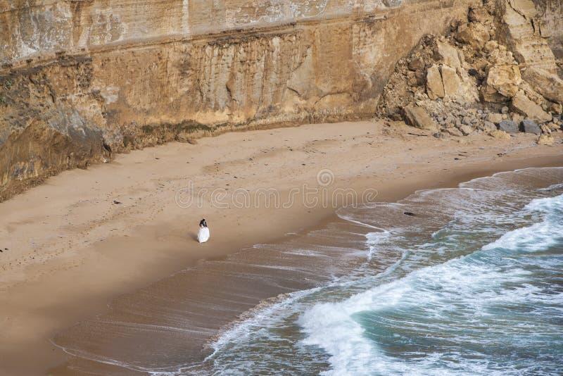 Bruid en bruidegom bij het strand royalty-vrije stock foto