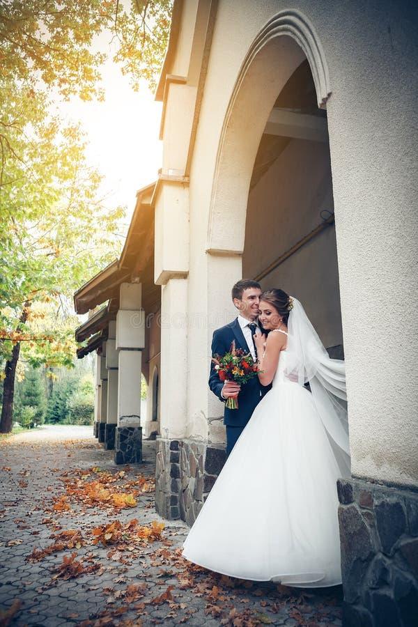Bruid en bruidegom bij huwelijksdag royalty-vrije stock afbeeldingen