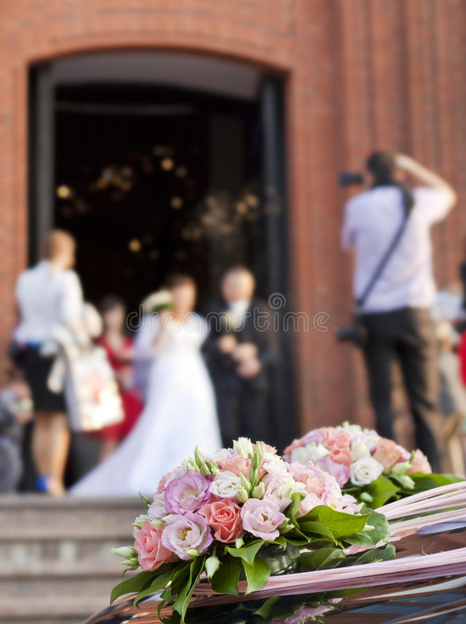 Bruid en bruidegom bij kerk royalty-vrije stock afbeelding