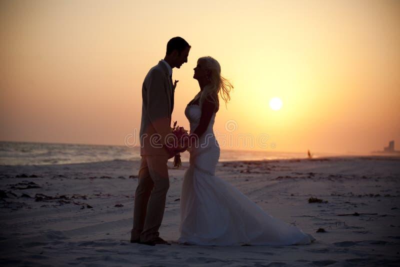 Bruid en Bruidegom bij Zonsondergang stock afbeelding