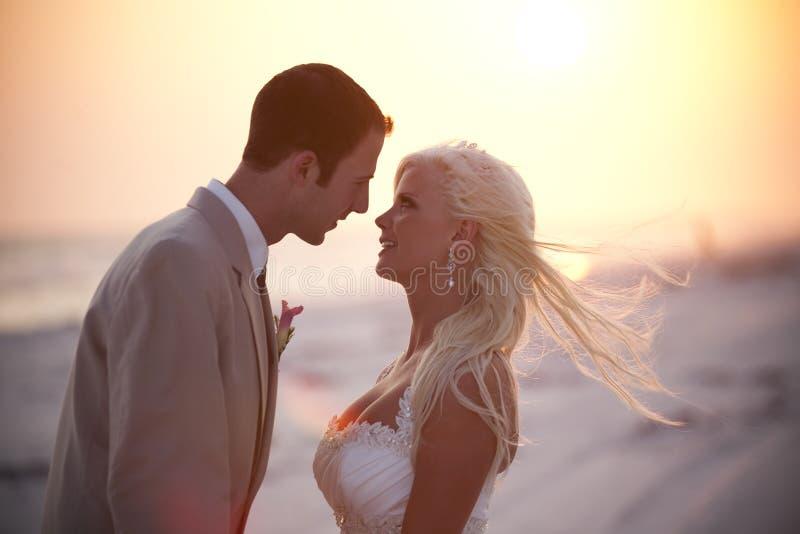 Bruid en Bruidegom bij Zonsondergang stock foto's