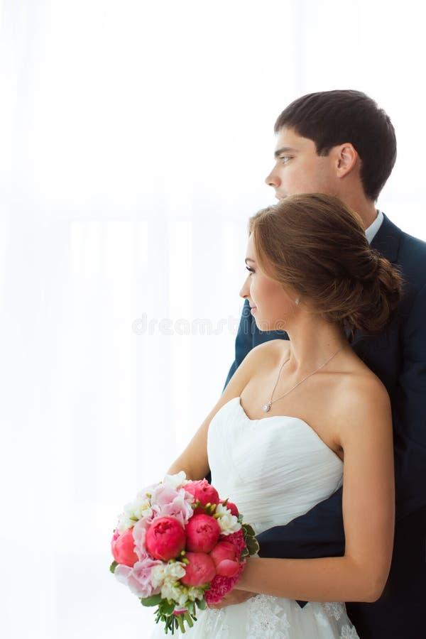 Bruid en bruidegom binnen stock fotografie