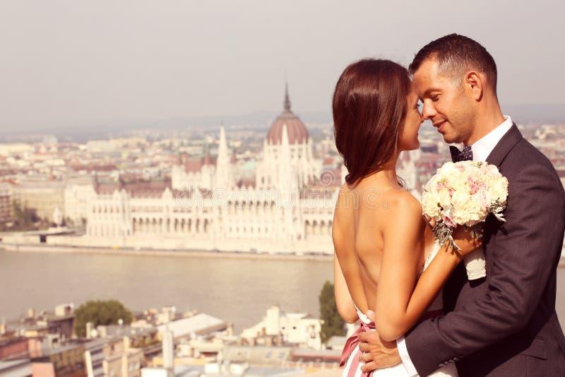 Bruid en bruidegom in Boedapest royalty-vrije stock foto