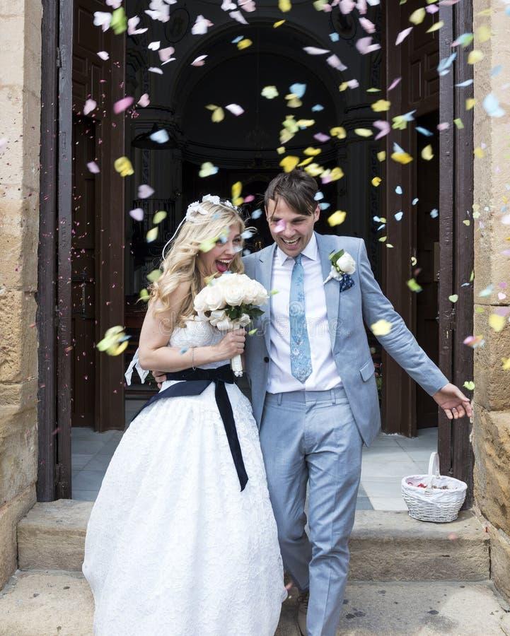 Bruid en Bruidegom buiten de kerk royalty-vrije stock afbeelding