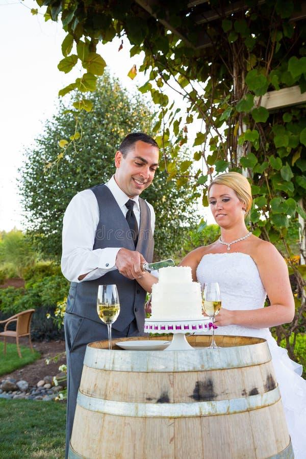 Bruid en Bruidegom Cake Cutting royalty-vrije stock foto