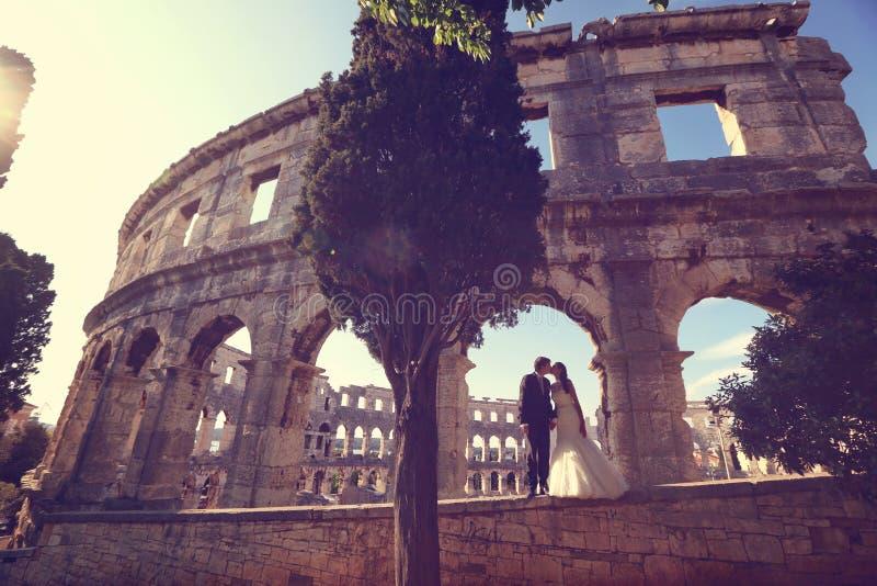 Bruid en bruidegom in Colosseum, Rome royalty-vrije stock fotografie