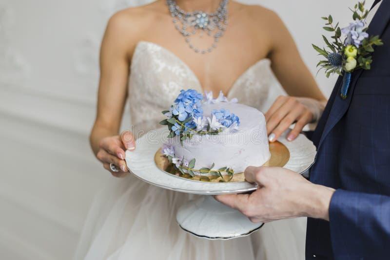 Bruid en bruidegom de cake van het greephuwelijk royalty-vrije stock fotografie