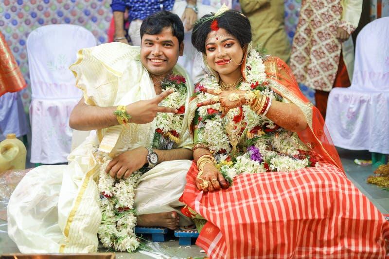 Bruid en bruidegom in de ceremonie van het indinhuwelijk royalty-vrije stock afbeelding