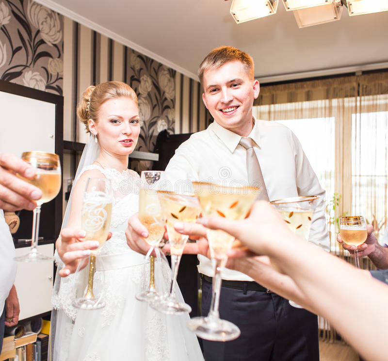 Bruid en bruidegom de champagneglazen van het holdingshuwelijk royalty-vrije stock foto