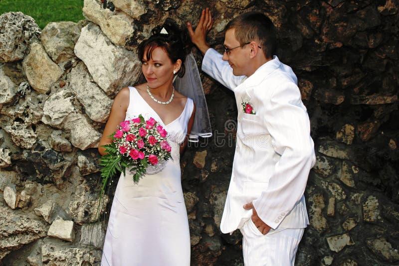 Bruid en bruidegom in de grot stock foto's