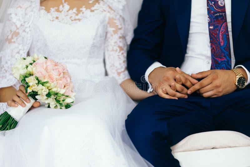 Bruid en bruidegom in de kerk stock afbeeldingen