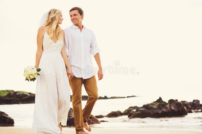 Bruid en Bruidegom, de Romantische onlangs Handen Wal van de Echtpaarholding stock foto