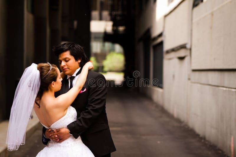 Bruid en Bruidegom in de Steeg Van de binnenstad royalty-vrije stock foto